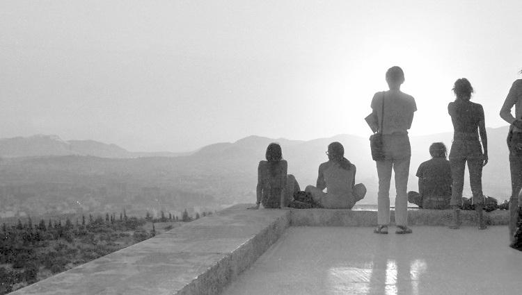Griekenland, Athene, 17-9-1973, Toeristen zitten op de rand van de acropolis te kijken van de prachtige zonsondergang boven athene .Foto: ANP/ Hollandse Hoogte/ Flip Franssen
