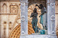 La primatiale Saint-Jean-Baptiste-et-Saint-Étienne est le siège épiscopal de l'archidiocèse de Lyon. Elle a rang de cathédrale et de primatiale : l'archevêque de Lyon a le titre de Primat des Gaules<br /> Devant la primatiale St Jean, Lyon Pl St Jean.