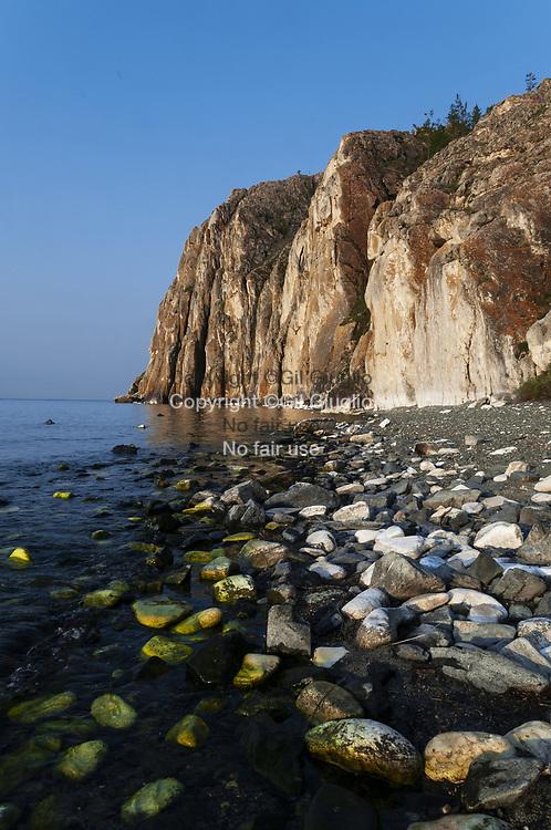 Russie, Sibérie, région sud-ouest du lac Baïkal, fameuse baie et falaise de Sagan-Zaba // Russia, Siberia, south-west region of Baikal Lake, famous bay  and cliffs of Sagan-Zaba