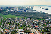 Nederland, Noord-Brabant, Gemeente Moerdijk, 01-04-2016; het dorp Moerdijk , met vlnr de Steenweg. Rechts het Hollandsch Diep, industrieterrein Moerdijk en geljknamige haven in de achtergrond.<br /> Moerdijk, village at Hollands Diep, border between Brabant and Holland.<br /> <br /> luchtfoto (toeslag op standard tarieven);<br /> aerial photo (additional fee required);<br /> copyright foto/photo Siebe Swart