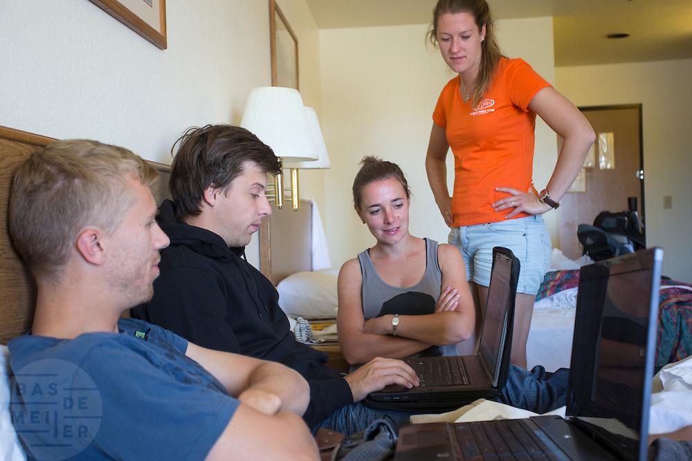Het team van de VU bekijkt de data van de SRM om een goede strategie te bepalen. De vijfde racedag van de WHPSC. In de buurt van Battle Mountain, Nevada, strijden van 10 tot en met 15 september 2012 verschillende teams om het wereldrecord fietsen tijdens de World Human Powered Speed Challenge. Het huidige record is 133 km/h.<br /> <br /> The fifth day of the WHPSC. Near Battle Mountain, Nevada, several teams are trying to set a new world record cycling at the World Human Powered Vehicle Speed Challenge from Sept. 10th till Sept. 15th. The current record is 133 km/h.