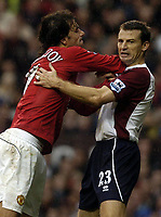Fotball<br /> Premier League 2004/05<br /> Manchester United v Middlesbrough<br /> 3. oktober 2004<br /> Foto: Digitalsport<br /> NORWAY ONLY<br /> Ruud Van Nistlerooy and Colin Cooper tussle in the area as they wait for a corner