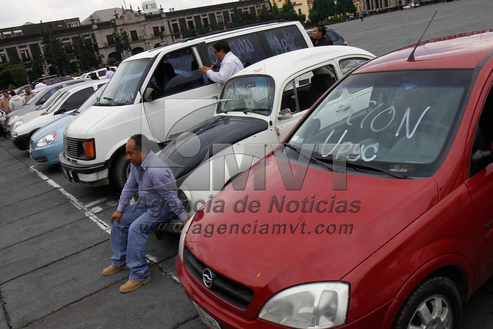 TOLUCA, México.- Miembros de la Coordinadora Estatal del Magisterio  se manifestaron frente al palacio de gobierno para exigir su basificación y plazas pendientes en escuelas del Valle de México y zona oriente. Agencia MVT / Crisanta Espinosa. (DIGITAL)