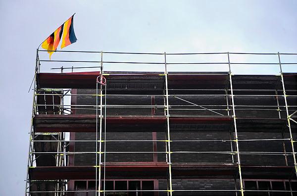 Duitsland, Essen, 29-8-2010Op een bouwplaats hangen duitse vlaggen aan een stok die verbogen is.Foto: Flip Franssen/Hollandse Hoogte