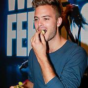 NLD/Zaandam/20130813 - 1e repetitiedag musical Flashdance , Jim Bakkum eet fruit