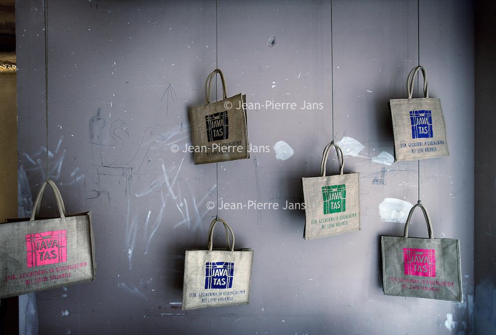 Nederland, Amsterdam , 21 mei 2013..De lancering van de Javatas..De liefde voor eten, bijzondere keukengeheimen en mooie verhalen, zijn verzameld in de Javatas. De Javatas verbindt producten van de winkeliers uit de Amsterdamse Javastraat met de persoonlijke verhalen, recepten en portretten van zes buurtbewoners uit de Indische buurt in Amsterdam-Oost..Na de presentatie neemt de Pakistaanse Ferdousi de pers en geinteresseerden mee langs de winkels in de Javastraat waar zij haar voedselproducten koopt voor bij een bepaalde gerecht...op de foto: De verschillende kleuren Javatassen zoals bij de presentatie in Javastraat nummer 79..De Javatas is een initiatief van Maureen de Jong en Heike Hamelink en wordt mogelijk gemaakt door 'Samen Indische buurt'..Foto:Jean-Pierre Jans