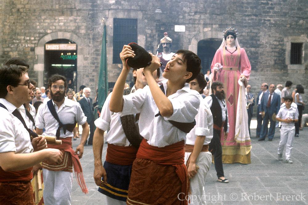 SPAIN, FESTIVALS, BARCELONA Fiesta de la Merced, drinking from bota