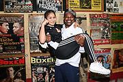 Boxen: Universum Fightnight, Waage, 13.11.2020<br /> Juan Carlos Gomez und Fai Phannarai (Boxen im Norden) <br /> © Torsten Helmke