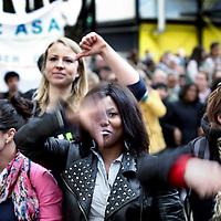 Nederland, Amsterdam , 12 april 2012.. slotmanifestatie Amarantis op het NDSM terrein in Amsterdam Noord..Vrijdag 13 april 2012 organiseren de MBO-scholen van de Amarantis Onderwijsgroep een slotmanifestatie gericht op het behoud van kleinschalig MBO-onderwijs in Amsterdam en Almere. De Amarantis Onderwijsgroep is door het voormalige bestuur opgezadeld met een schuld van 92 miljoen euro, waardoor 30.000 jongeren en 3.300 personeelsleden op straat dreigen te komen staan. De manifestatie vindt vanaf 15.45 uur plaats in de grote hal Noorderstrook op de NDSM-Werf in Amsterdam-Noord (Tt. Neveritaweg 15a). Onder anderen zal Jan Marijnissen spreken, er wordt een petitie aangeboden en leerlingen en bekende artiesten zullen optredens verzorgen. De presentatie is in handen van Gijs Staverman..Op de foto:.Foto:Jean-Pierre Jans