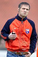 LAREN - Bloemendaal coach Dave Smolenaars staat in verbinding met zijn assistent coach, zondag tijdens de hoofdklasse competitiewedstrijd mannen tussen Laren en Bloemendaal (1-4). COPYRIGHT KOEN SUYK