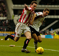 Fotball<br /> England 2004/22005<br /> Foto: SBI/Digitalsport<br /> NORWAY ONLY<br /> <br /> Derby County v Sunderland<br /> <br /> Coca Cola Championship. 16/01/2005<br /> <br /> Sunderland's Dean Whitehead (L) battles for possession with Derby's Tommy Smith