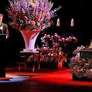 NLD/Amsterdam/20110722 - Afscheidsdienst voor John Kraaijkamp, kist met beeltenis, toespraak van Johnny Kraaijkamp Jr.