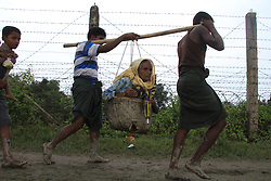 September 7, 2017 - Cox'S Bazar, Bangladesh - Cox's Bazar, Bangladesh. September 7, 2017. Myanmar's Rohingya refugees walk alone Myanmar-Bangladesh border at Maungdaw to cross Bangladesh territory near Teknaf on September 7, 2017. (Credit Image: © Rehman Asad/NurPhoto via ZUMA Press)