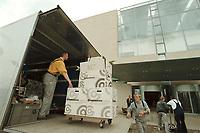 27 APR 2001, BERLIN/GERMANY:<br /> Mitarbeiter der Firma Grohmann bringen Umzugskartons in das neue Bundeskanzleramt<br /> IMAGE: 20010427-01/03-02<br /> KEYWORDS: Kanzleramt, Umzug, Karton, Arbeiter