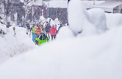 THEMENBILD - Skifahrer auf dem Weg zum Lift bei Schneefall, aufgenommen am 09. Jaenner 2019 in Hinterglemm, Oesterreich // Skier on the way to the lift in snowfall, Hinterglemm, Austria on 2019/01/09. EXPA Pictures © 2019, PhotoCredit: EXPA/ JFK
