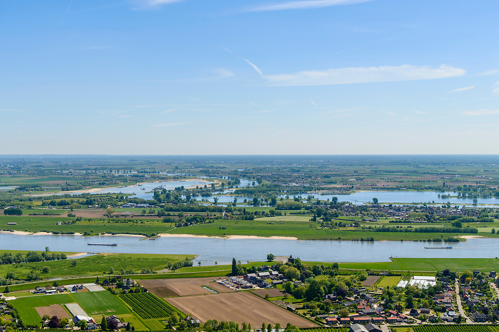 Nederland, Gelderland,  West Betuwe, 13-05-2019;  Waal en Waalbandijk  bij Varik. Gezien naar Heerewaarden en de Maas.<br /> Waal and Waalbandijk near Varik. Seen to Heerewaarden and the Maas.<br /> aerial photo (additional fee required);<br /> luchtfoto (toeslag op standard tarieven);<br /> copyright foto/photo Siebe Swart