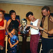 Onthulling wassen beeld Herman Brood, dochter Lola, Xandra en Holly, Brenda en zoon Marcel