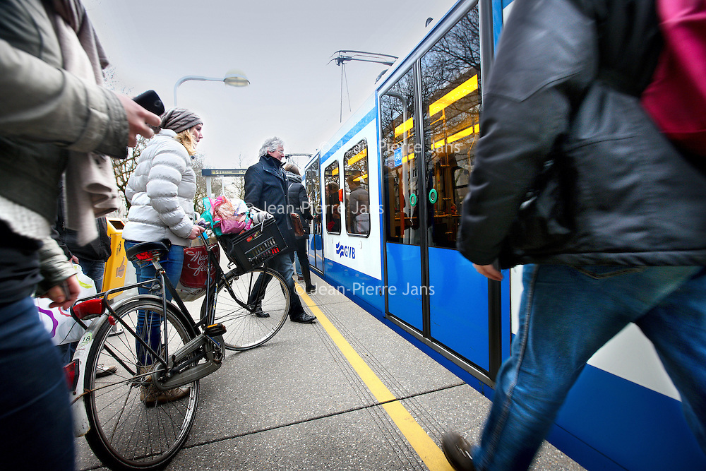 Nederland, Amsterdam , 7 maart 2012..Fietsers proppen hun fietsen in de spitsuren in metrolijn 51 tussen centraal station en Amstelveen vaak uit plaatsgebrek buiten de voor hun toegewezen fietsplekken..Foto:Jean-Pierre Jans