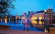 De Hofvijver in de avond in het centrum van Den Haag, vlak bij het Binnenhof, het centrum van de Nederlandse politiek- The Hofvijver at night, near the Binnenhof in the center of The Hague, The Netherlands. Binnenhof is the center of Dutch politics. It houses the meeting place of both houses of the States General of the Netherlands.