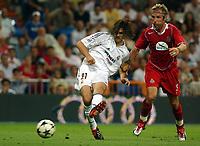 Fotball<br /> Kvalifisering til UEFA Champions League<br /> 25.08.2004<br /> Foto: SBI/Digitalsport<br /> NORWAY ONLY<br /> <br /> Real Madrid v Wisla Krakow<br /> <br /> Real Madrid's Solari and Wisla Krakow's Stolarczyk