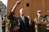 16 OCT 2001, BERLIN/GERMANY:<br /> Rudolf Scharping, SPD, Bundesverteidigungsminister, beobachtet die Ausbildung des KFOR-Einsatzverbandes in Bonnland, waehrend eines Besuches der Infanterieschule des Heeres, Hammelburg<br /> IMAGE: 20011016-01-009<br /> KEYWORDS: Bundeswehr, Armee, Offizier, General