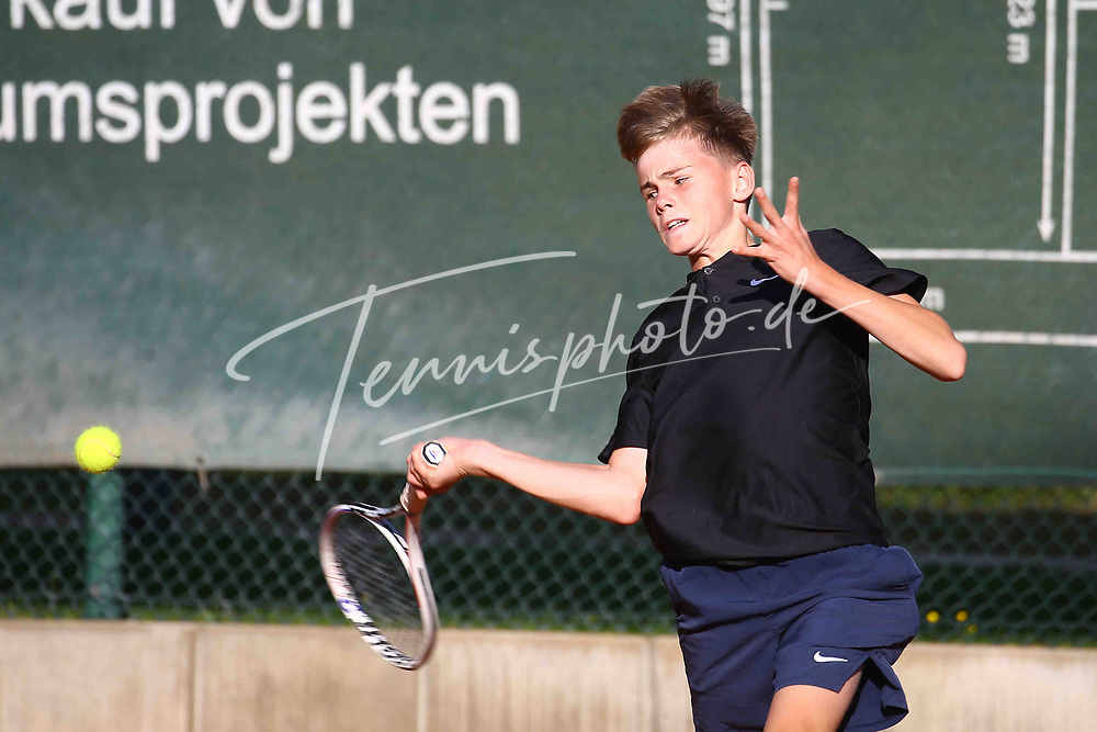 Tennis, 8. BTTC Junior-Cup 2021, Halbfinale Jungen am 26.09.21, Felix Triquart (SV Zehlendorfer Wespen 1911) vs. Tim Hohmann (Höchster THC), Tim Hohmann (Höchster THC) spielt den Ball mit seiner Vorhand, Foto: Michael Hundt