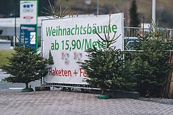 THEMENBILD - ein Transparent weißt auf den Verkauf von Weihnachtsbäumen hin, aufgenommen am 07. Dezember 2020, Zell am See, Österreich // a banner indicates the sale of Christmas trees on 2020/12/07, Zell am See, Austria. EXPA Pictures © 2020, PhotoCredit: EXPA/ Stefanie Oberhauser