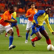 NLD/Amsterdam/20060301 - Voetbal, oefenwedstrijd Nederland - Ecuador, George Boateng in duel met Carlos Tenorio