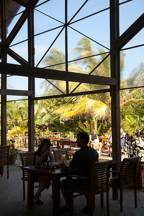 Central America, Honduras, Bay Islands, Roatan, couple in open-air restaurant of Palmetto Bay Plantation    PR
