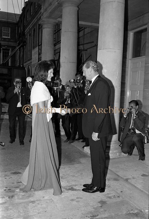 An Taoiseach Jack Lynch T.D. entertains Mrs. Jackie Kennedy at a reception at St. Patrick's Hall, Dublin Castle..30.06.1967
