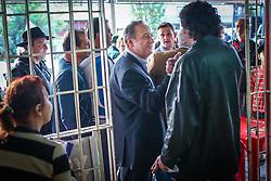 """O candidato a governador do Estado pela coligação """"O Rio Grande Merece Mais"""", Vieira da Cunha durante caminhada no bairro Guajuviras, em Canoas. FOTO: Jefferson Bernardes/ Agência Preview"""