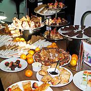 NLD/Amsterdam/20111123 - Boekpresentatie Maureen du Toit ' Altijd & overal feest', Tafel gevuld met  gerechtjes uit het boekje