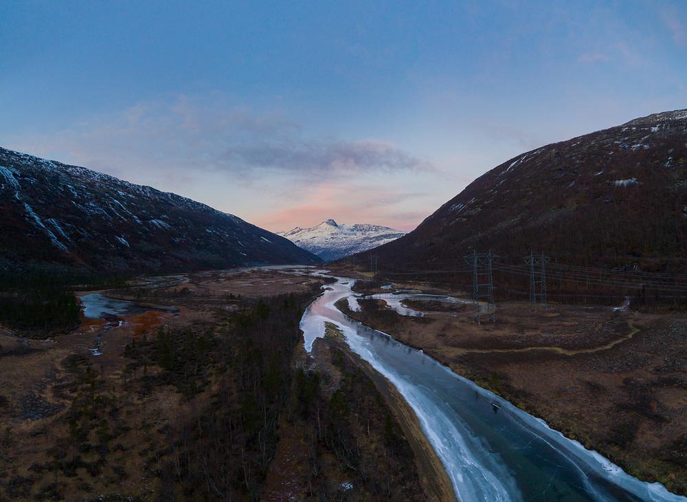Luftfoto vinterstid fra Skamdalen i Beisfjord, Narvik kommune.