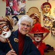 Kunstenares Olga Dol met Venetiaanse maskers