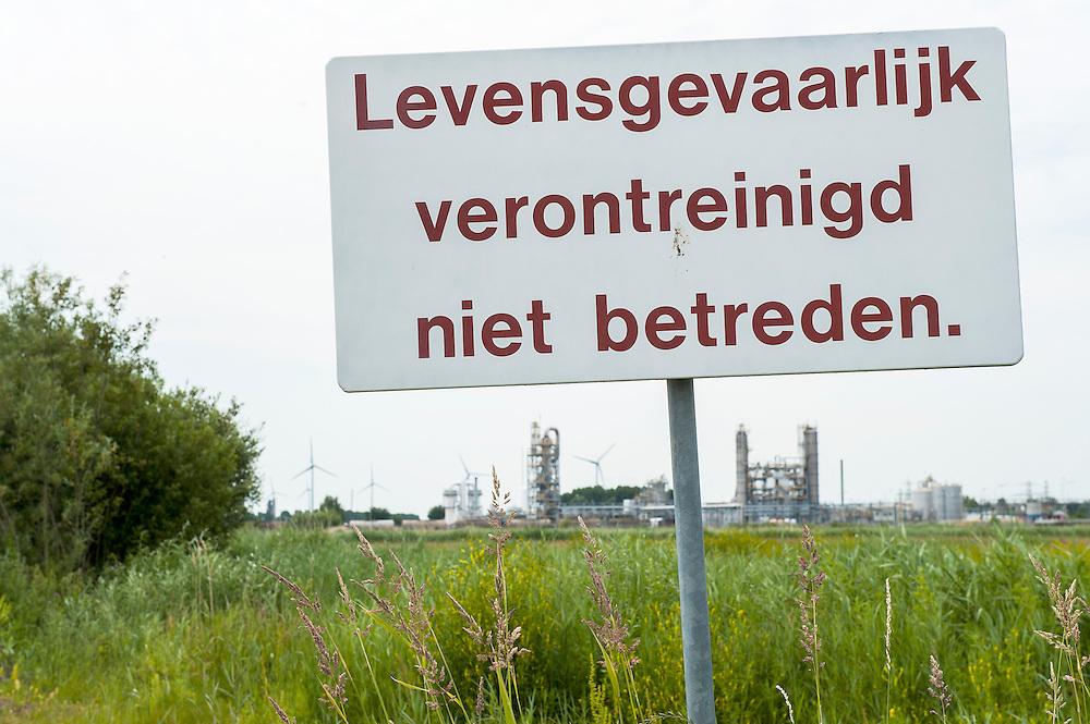 Nederland, Delfzijl, 30 juni 2010.Industriegebied. Bord met waarschuwing voor verontreinigd gebied. .Foto (c)  Michiel Wijnbergh
