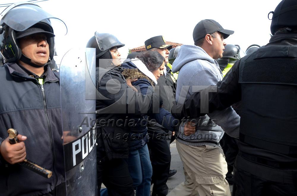 Toluca, México.- Elementos de la CESC se enfrentaron a pobladores de Tlachaloya,, para liberar a dos agentes ministeriales  y dos representantes de la Dirección de Gobierno Municipal que se encontraban retenidas; una persona resulto lesionada de bala, seis golpeados, cuatro detenidos y dos patrullas de la policía ministerial destruidas.  Agencia MVT / José Hernández