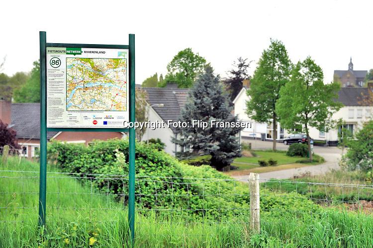 Nederland, Beneden Leeuwen, 13-5-2020  Een landkaart op een bord langs de weg met daarop de fietsroutes in de regio, omgeving, in het land van maas en waal . Foto: ANP/ Hollandse Hoogte/ Flip Franssen