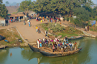 Inde, Bengale-Occidental, bac sur la riviere Hooghly defluent du Gange // India, West Bengal, boat crossing the Hooghly river, part of Ganges river