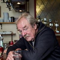 """Nederland, Weesp, 12 september 2017.<br /> Natuurwetenschapper Midas Dekkers in café 't Helletje n.a.v. van zijn nieuwe boek Volledige vergunning.<br /> <br /> In Volledige vergunning beschrijft Midas Dekkers zijn favoriete cafés in Nederland, hun eigenzinnige eigenaren of barkeepers, kroegtijgers, de mores aan de stamtafel, de geneugten en gevaren van drankgebruik, en veel meer. Een goed café is klein en bruin. Het is een oord van geborgenheid. """"In het café overvalt je een behaaglijkheid die je snel vrede met de wereld doet sluiten.' <br /> <br /> Foto: Jean-Pierre Jans"""