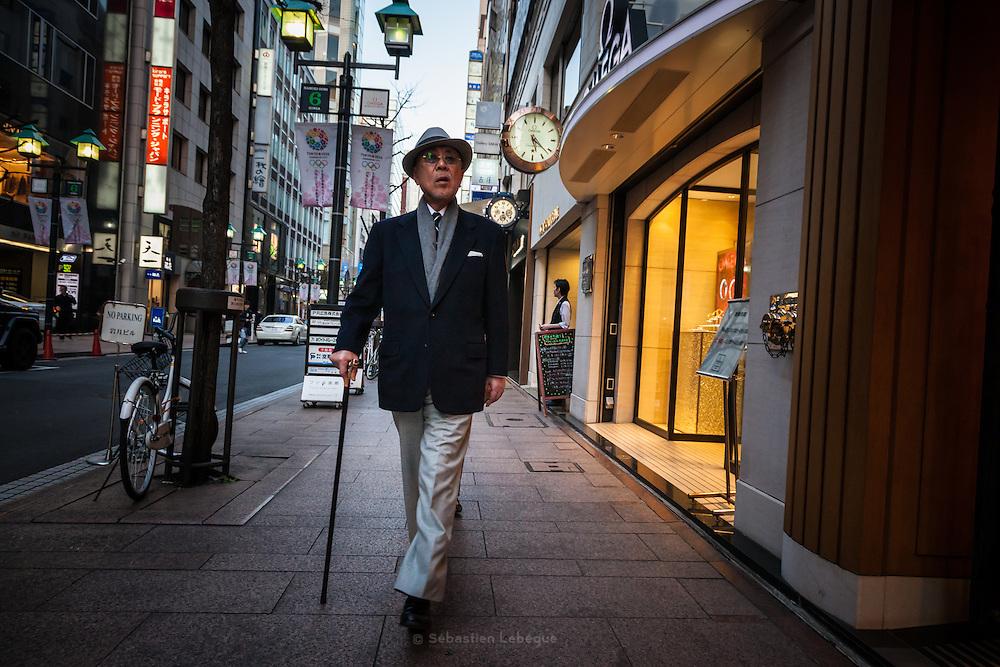 JAPAN, TOKYO, March 2013 - Elegant old man with stick and hat in Ginza [FR] homme agé et Elegant portant un chapeau et une canne dans Ginza