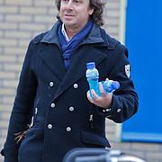 NLD/Blaricum/20120314 - Perspresentatie Koen Kampioen met als gastrol Luca Borsato, Marco Borsato met flesjes drinken