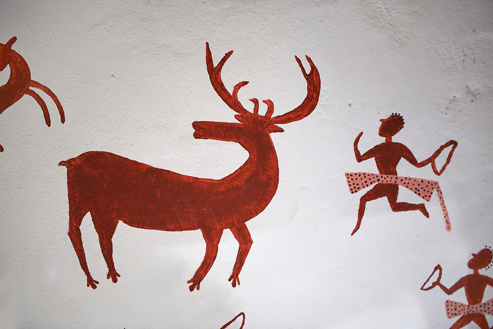 Recontructed fresco of an original found at Catalhoyuk. The hunters are believed by scholors to be wearing leopard skin costumes, Painted by Mutlu Gundiler. Reconstructed houses, 7500 BC to 5700 BC, Catalyhoyuk Archaeological Site, Çumra, Konya, Turkey .<br /> <br /> If you prefer to buy from our ALAMY PHOTO LIBRARY  Collection visit : https://www.alamy.com/portfolio/paul-williams-funkystock/catalhoyuk-site-turkey.html<br /> <br /> Visit our TURKEY PHOTO COLLECTIONS for more photos to download or buy as wall art prints https://funkystock.photoshelter.com/gallery-collection/3f-Pictures-of-Turkey-Turkey-Photos-Images-Fotos/C0000U.hJWkZxAbg