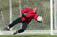 Fotball - Treningsleir La Manga. 14. mars 2002. Keeper Svein Bø, Bryne på trening - trener.<br /> <br /> Foto: Andreas Fadum, Digitalsport