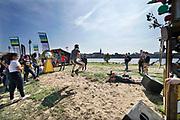 Nederland, Nijmegen, 30-8-2019Aan de overkant van de Waal, op het Lentereiland, wordt het Democratiefestival gehouden. een gratis festival om de democratie te vieren met politiek en maatschappelijke instellingen. Er zijn workshops, discussiebijeenkomsten, spelletjes en theatervoorstellingen. Foto: Flip Franssen