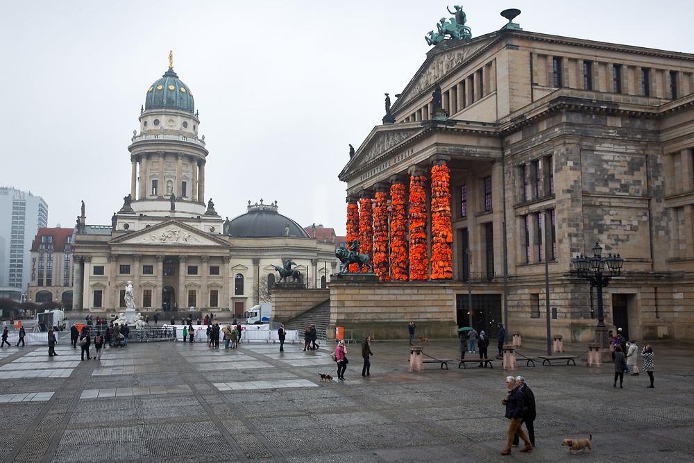 """Rettungssäulen Ai Weiwei: Für eine Kunstinstallation lässt der chinesische Künstler Ai Weiei die Säulen des Konzerthauses auf dem Berliner Gendarmenmarkt mit Rettungswesten verkleiden, am Eingangsportal wird ein Schlauchboot mit der Aufschrift """"#safepassage"""" aufgehängt. Für das Kunstwerk im Rahmen der Filmgala Cinema for Peace werden 14.000 gebrauchte Rettungswesten verwendet, die von Flüchtlingen auf der griechischen Insel Lesbos zurückgelassen oder am Strand angeschwemmt wurden. Mit der Aktion will Ai Weiei an die Flüchtlinge erinnern, die auf dem Weg nach Europa ertrunken sind. <br /> <br /> [© Christian Mang - Veroeffentlichung nur gg. Honorar (zzgl. MwSt.), Urhebervermerk und Beleg. Nur für redaktionelle Nutzung - Publication only with licence fee payment, copyright notice and voucher copy. For editorial use only - No model release. No property release. Kontakt: mail@christianmang.com.]"""