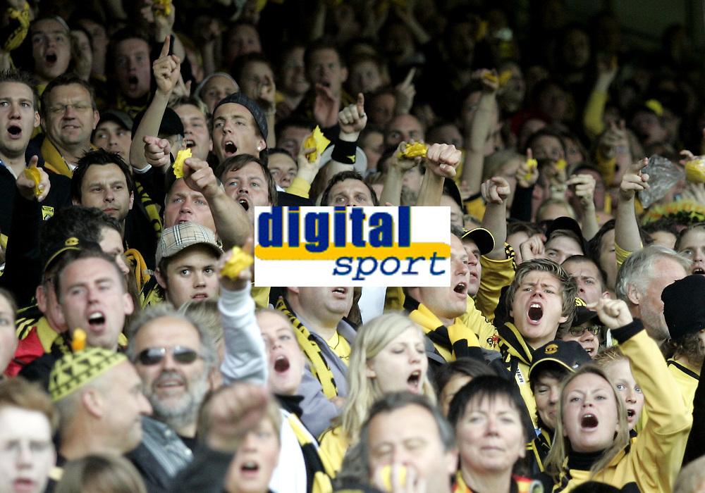 Fotball<br /> Tippeligaen Eliteserien<br /> 17.06.07<br /> Åråsen Stadion<br /> Lillestrøm LSK - Vålerenga VIF<br /> Supportere roper Kanarifansen<br /> Foto - Kasper Wikestad