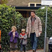 Richard Krajicek en kinderen Emma en Alec winkelend in Laren