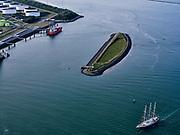 Nederland, Zuid-Holland, Rotterdam, 14-09-2019; Ingang Yangtzehaven met Beereiland - Zeehonden-eiland. Yangtze Harbor entrance with Bear Island - Seals Island.<br /> luchtfoto (toeslag op standard tarieven);<br /> aerial photo (additional fee required);<br /> copyright foto/photo Siebe Swart