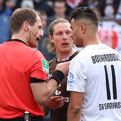 Schiedsrichter Rene Rohde im Gespraech mit Aziz Bouhaddouz (Nr.11, SV Sandhausen) und Daniel Buballa (Nr.15, FC St. Pauli)  beim Spiel in der 2. Bundesliga, SV Sandhausen - FC St. Pauli.<br /> <br /> Foto © PIX-Sportfotos *** Foto ist honorarpflichtig! *** Auf Anfrage in hoeherer Qualitaet/Aufloesung. Belegexemplar erbeten. Veroeffentlichung ausschliesslich fuer journalistisch-publizistische Zwecke. For editorial use only. For editorial use only. DFL regulations prohibit any use of photographs as image sequences and/or quasi-video.