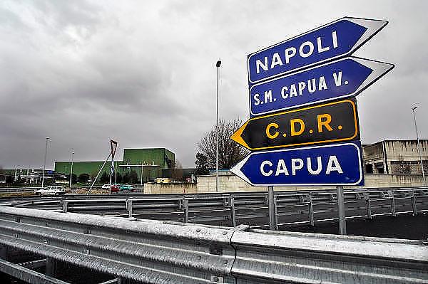 Italie, Aversa, 6-3-2008..Afvalbergen in de straten van Napels en omgeving. De stad weet met zijn afval geen raad meer en in het hele gebied liggen illegale hopen afval. Een nieuwe vuilverbrandingsoven is pas in 2009 bedrijfsklaar. Tot die tijd heeft de maffia, camorra grote invloed op de afvalverwerking van deze stad...Industrieel afval en huishoudelijk afval veroorzaken grote water en bodemvervuiling, terwijl de streek een belangrijk tuinbouwgebied is. Op de foto een CDR, een fabriek waar het afval geperst en opgeslagen wordt tot het verwerkt kan worden. Deze fabrieken zijn vol en liggen daarom vaak stil...Foto: Flip Franssen